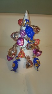 Наклеиваем конфеты
